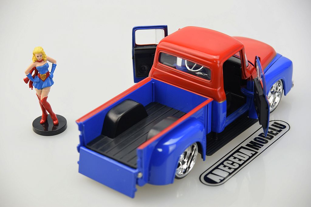 Ford F-100 Pickup 1956 s figurkou Supergirl