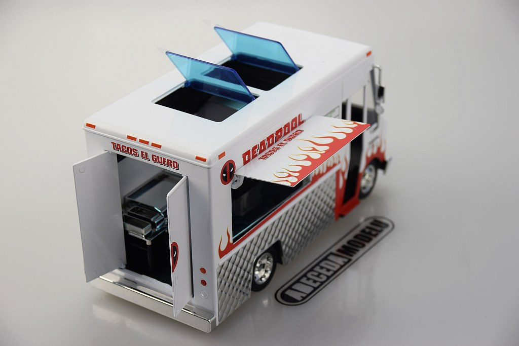 Chevrolet P30 Van Food Truck s figurkou Deadpool