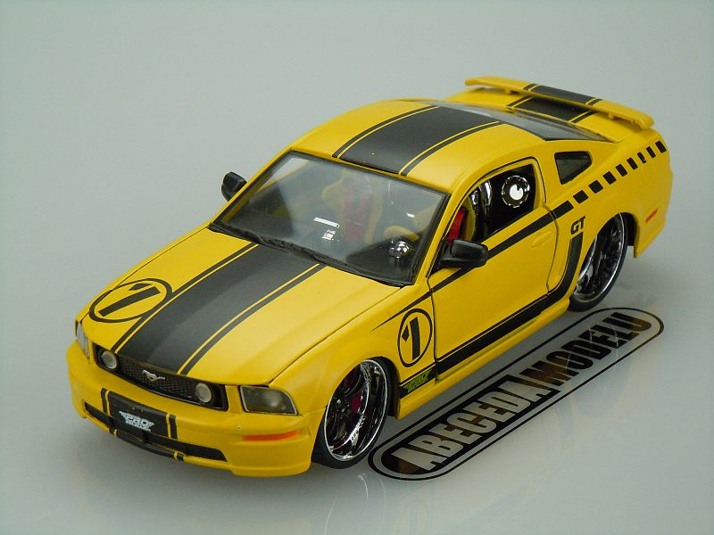 Maisto 1:24 Ford Mustang GT 2005 Custom code Maisto 31324, modely aut