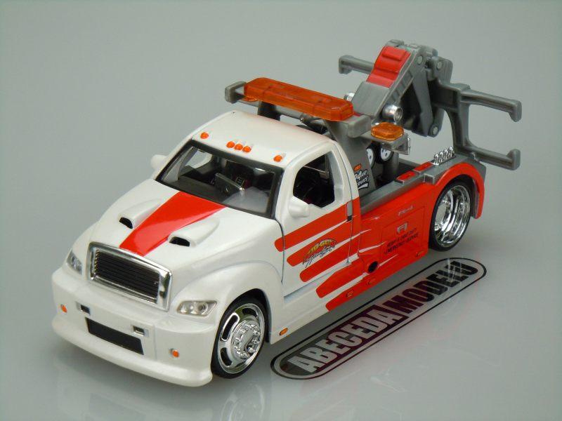 Maisto 1:24 Wrecker 2009 (red/white) code Maisto 32993, modely aut